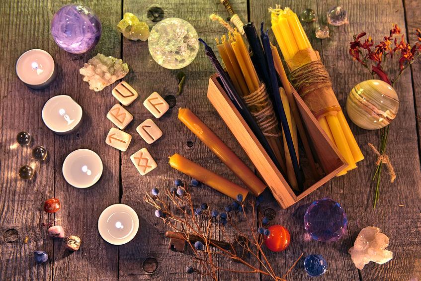 altare con rune e cristalli