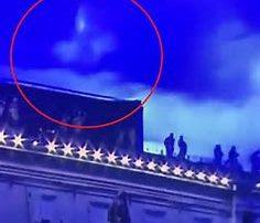 la madonna appare in cielo sopra san pietro mentre il papa benedice il mondo